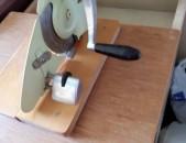 Պահարան է, որի վրա տեղադրված է նաև երշիկեղեն կտրարող սարք: