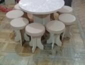 Կլոր սեղաններ եւ պուֆիկներ