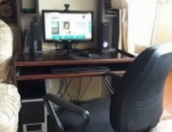 Համակարգիչը, սեղանն և աթոռը՝ միասին